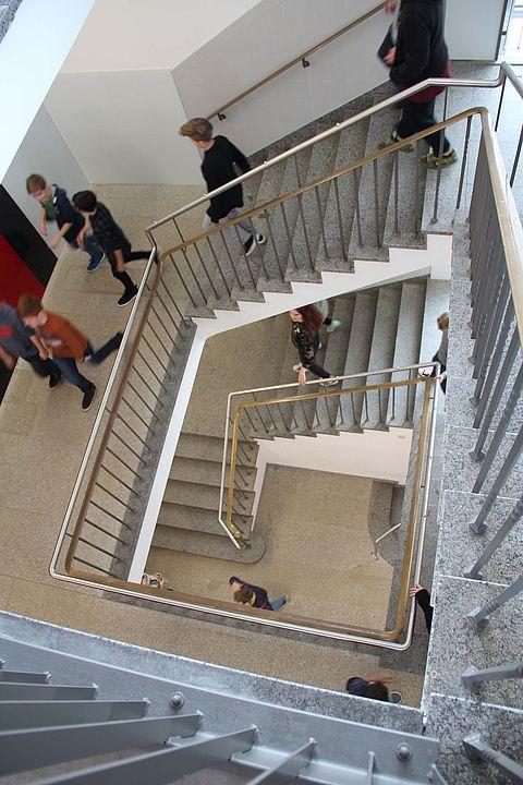 zu sehen sind Schüler im Treppenhaus