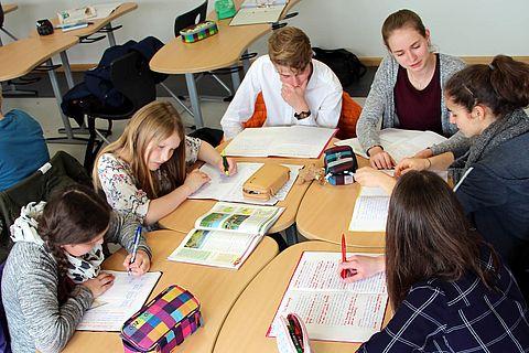 zu sehen sind Schüler bei der Gruppenarbeit