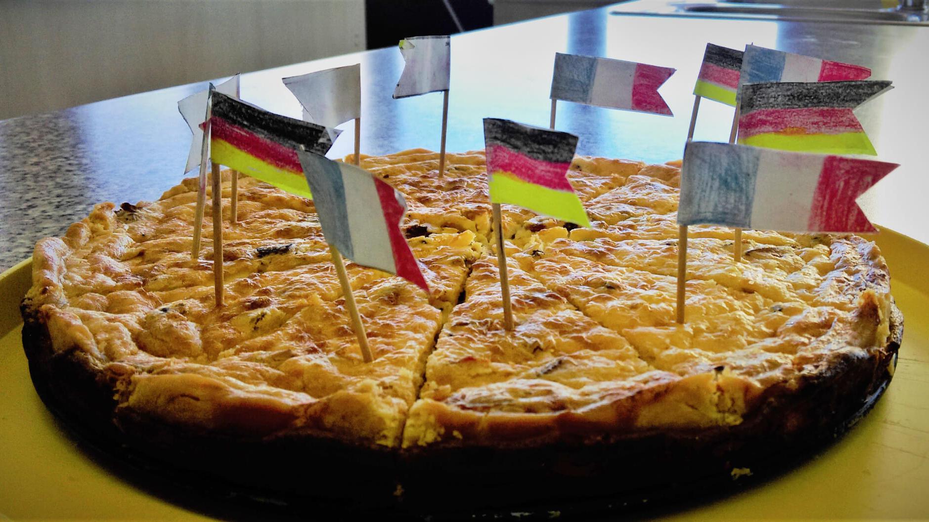 Das Bild zeigt einen Kuchen mit französischen und deutschen Flaggen
