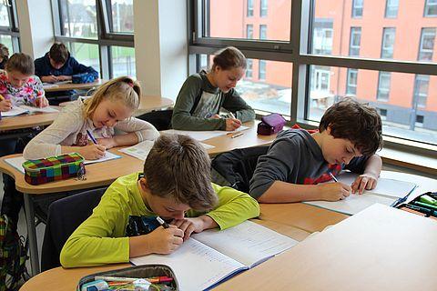 zu sehen sind Schüler im Unterricht