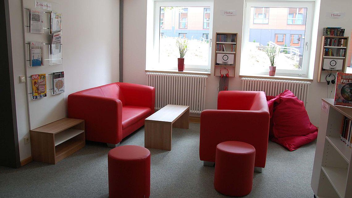 zu sehen ist eine Sitzecke in der Bücherei